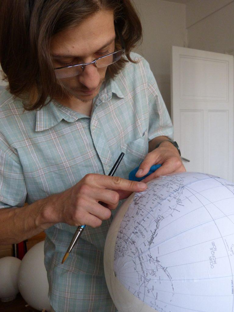 Alain Sauter est l'un des seuls en France à confectionner de la sorte la Terre