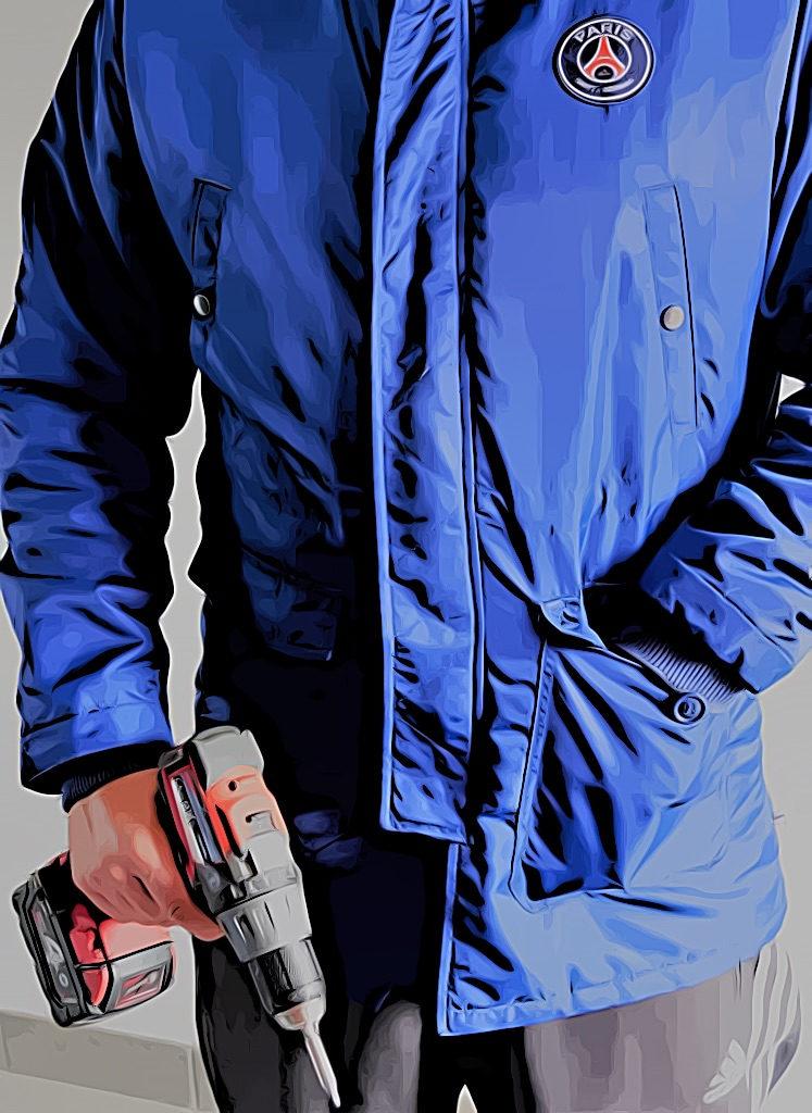 Il aide les expulsions, avec sa veste PSG