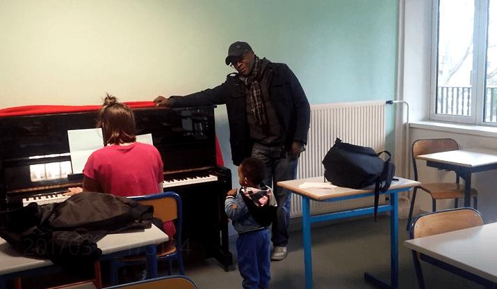 Beniwe joue de la musique avec les lycéens d'Orsay
