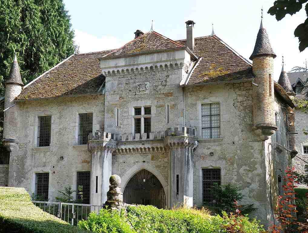 Lové dans le confort des propriétés grenobloises et du Château de Lucey, en Savoie, Antoine s'essaye au dessin, à l'aquarelle et se rêve en Hugo Pratt